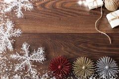 Weihnachtshintergrund mit Dekorationen und Geschenkboxen auf hölzernem Brett Blauer sparkly Feiertagshintergrund mit Kopienraum Lizenzfreies Stockfoto