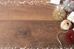 Weihnachtshintergrund mit Dekorationen und Geschenkboxen auf hölzernem Brett Blauer sparkly Feiertagshintergrund mit Kopienraum Stockfotos