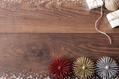 Weihnachtshintergrund mit Dekorationen und Geschenkboxen auf hölzernem Brett Blauer sparkly Feiertagshintergrund mit Kopienraum Lizenzfreies Stockbild