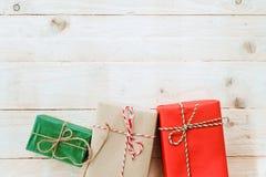 Weihnachtshintergrund mit Dekorationen und handgemachten Geschenkboxen stockfotografie