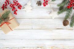 Weihnachtshintergrund mit Dekorationen und handgemachten Geschenkboxen auf weißem hölzernem Brett mit Schneeflocke Stockbild