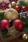 Weihnachtshintergrund mit Dekorationen und Kerze. Lizenzfreie Stockfotos