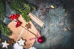 Weihnachtshintergrund mit dem festlichen Geschenkverpacken, den Plätzchen und Dekoration, Draufsicht Lizenzfreie Stockfotos