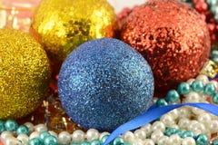Weihnachtshintergrund mit den Bällen und Perlen des neuen Jahres eingestellt Stockfotos