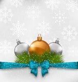 Weihnachtshintergrund mit den Tannenzweigen und -Glaskugeln Lizenzfreie Stockfotos