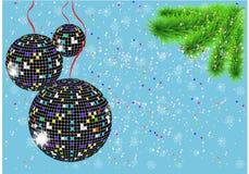 Weihnachtshintergrund mit Discobällen, Weihnachtsbaum und Schneeflocken Lizenzfreies Stockfoto