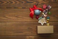 Weihnachtshintergrund mit einem Kasten, Bonbons und Spielwaren Lizenzfreie Stockfotografie
