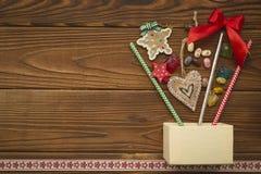 Weihnachtshintergrund mit einem Kasten, Bonbons und Spielwaren Lizenzfreies Stockfoto
