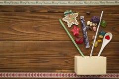 Weihnachtshintergrund mit einem Kasten, Bonbons und Spielwaren Stockfoto