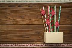 Weihnachtshintergrund mit einem Kasten, Bonbons und Spielwaren Lizenzfreie Stockbilder