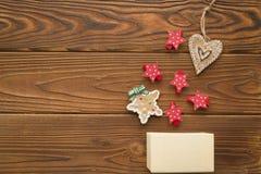 Weihnachtshintergrund mit einem Kasten, einem Lebkuchen und hölzernen Spielwaren Lizenzfreie Stockfotografie