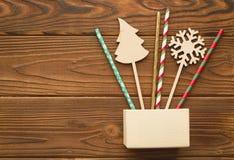 Weihnachtshintergrund mit einem Kasten, Strohen und hölzernen Spielwaren Lizenzfreie Stockfotografie