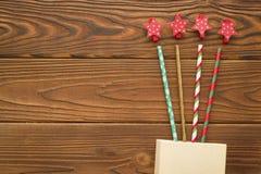 Weihnachtshintergrund mit einem Kasten, Strohen und Sternclipn Stockbilder