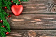 Weihnachtshintergrund mit einem Spielzeugherzen auf dem Baum Lizenzfreies Stockbild