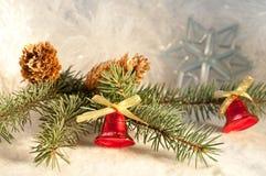 Weihnachtshintergrund mit einem Zweig der blauen Fichte Stockfotos