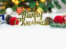 Weihnachtshintergrund mit einer roten und weißen Verzierung und einer Geschenkbox Stockfoto