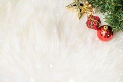 Weihnachtshintergrund mit einer roten Verzierungsgeschenkbox und Tanne im Schnee Stockfotografie