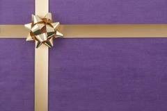 Weihnachtshintergrund mit Farbband Lizenzfreie Stockfotografie