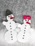 Weihnachtshintergrund mit Filzdekoration: Paare des Schneemannes Lizenzfreies Stockfoto