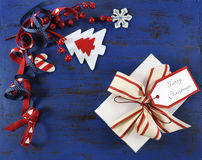 Weihnachtshintergrund mit Filzdekorationen auf dunkelblauem Weinleseholz mit weißem Geschenk Lizenzfreies Stockfoto
