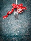Weihnachtshintergrund mit Gabel und festliche Dekoration auf rustikalem Hintergrund, Draufsicht Lizenzfreies Stockfoto