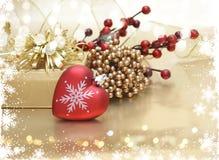 Weihnachtshintergrund mit geformter Dekoration des Herzens Stockbilder