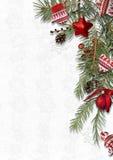 Weihnachtshintergrund mit gemütlichen süßen Dekorationen auf weißem backdr Stockfotografie