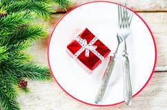 Weihnachtshintergrund mit Geschenk auf Platte Stockfoto