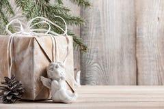 Weihnachtshintergrund mit Geschenkbox und wenigem Engel Lizenzfreie Stockfotos