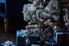 Weihnachtshintergrund mit Geschenken und blauen Bändern Stockbilder
