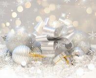 Weihnachtshintergrund mit Geschenken und Flitter Stockfoto