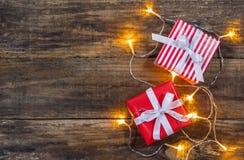 Weihnachtshintergrund mit Geschenken und Lichtern Lizenzfreie Stockfotografie