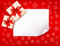 Weihnachtshintergrund mit Geschenkkästen und rotem Bogen Lizenzfreies Stockbild