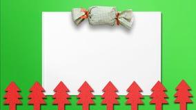 Weihnachtshintergrund mit Geschenksatz- und Weihnachtsbaumausschnitten stockbilder