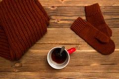 Weihnachtshintergrund mit gestrickten Handschuhen und einem Tasse Kaffee Lizenzfreies Stockbild