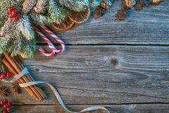 Weihnachtshintergrund mit Gewürzen und Nadeln auf Holztisch, traditionelles Weihnachten Stockfoto