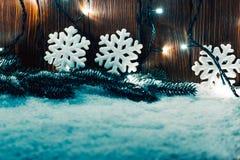 Weihnachtshintergrund mit Girlande, Weihnachtsbaumaste, Schnee Lizenzfreie Stockfotografie
