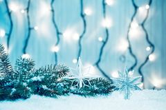 Weihnachtshintergrund mit Girlande, Weihnachtsbaumaste, Schnee Stockfotografie