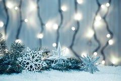 Weihnachtshintergrund mit Girlande, Weihnachtsbaumaste, Schnee Lizenzfreies Stockfoto