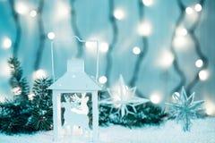Weihnachtshintergrund mit Girlande, Weihnachtsbaumaste, Schnee Lizenzfreie Stockbilder