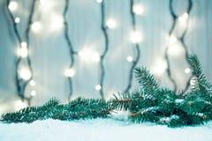 Weihnachtshintergrund mit Girlande, Weihnachtsbaumaste, Schnee Stockfoto