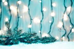 Weihnachtshintergrund mit Girlande, Weihnachtsbaumaste, Schnee Lizenzfreie Stockfotos