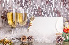 Weihnachtshintergrund mit Gläsern Champagner und Verzierungen Stockbild