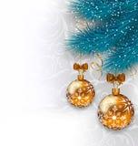 Weihnachtshintergrund mit Glaskugeln und Tannenzweigen vektor abbildung