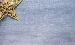 Weihnachtshintergrund mit goldenem Stern Lizenzfreie Stockfotografie