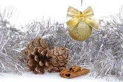 Weihnachtshintergrund mit goldener Dekorkugel Stockbild