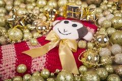 Weihnachtshintergrund mit Goldkugeln und Affen auf Red Sox Lizenzfreie Stockfotografie