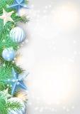 Weihnachtshintergrund mit grünen Niederlassungen und blauen Verzierungen Stockbild