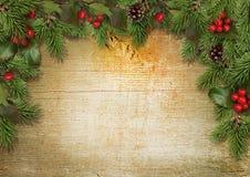 Weihnachtshintergrund mit Grenze der Stechpalme, Mistelzweig, Kegel, Tanne Stockbilder