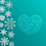 Weihnachtshintergrund mit großem Herzen und Schneeflocken Lizenzfreies Stockfoto
